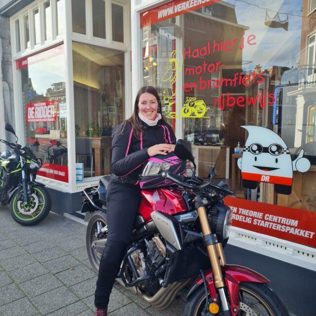 @klarina86!!! Alles in 1x gehaald 🏍🥳👍👌 Top gedaan en tot zwaais 👋 en de motortour 🏍 groetjes Justin ...#verkeersschoolderidder #scheveningen #motor #motorles #avd #examen #cbr #zoetermeer #geslaagd🎉 #honda #cb650R #powerofdreams #hondapower💪 #motorlife #bikelife #awayoflife #hoogslagingspercentage👍 #wiljijooksnelslagen #nacorona 😆 #begindannu #motorrijbewijs #motorrijles #motorrijden