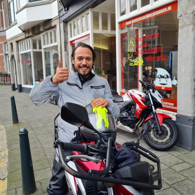 Roger, mooi ritje laten zien aan de examinator, dus daarom ook in 1x verdiend geslaagd! 🥳🎉Nu lekker scheuren op je kawa, maar houd de glimmende kant boven goos 😉🤙🏍...#avd #examen #examinator #cbr #leiden #geslaagd🎉 #kloteweer🌧 #veelwind💨 #windkracht6💨 #vollekrachtvooruit #honda #powerofdreams #cb650f #kawa #kawasaki #zrx1200 #kawapower✊✊💪 #motor #motorrijles #motorrijden #motorlife #bikelife #awayoflife  #wiljijooksnelslagen #komdannaar #verkeersschoolderidder #Scheveningen #leukste #rijschool #denhaag