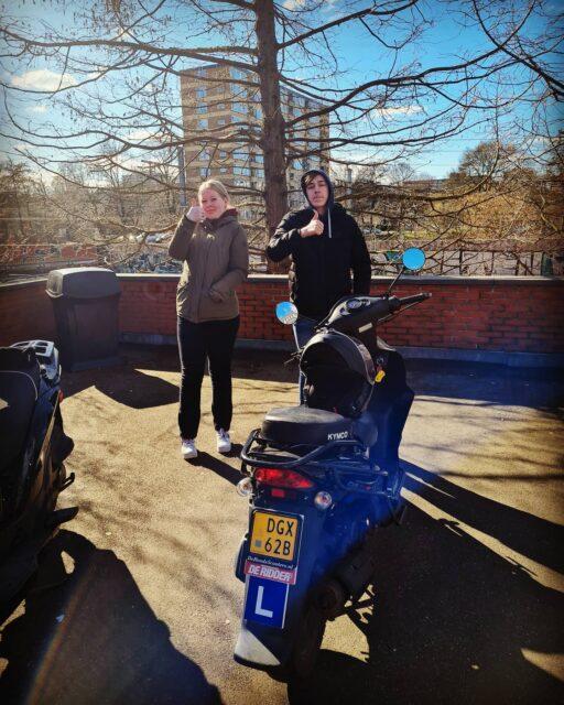 Kijk ze is shinen ☀️😎😅 Alysha en Justin allebei netjes geslaagd 👍  Veel plezier 🛵🛵 . . . #wemogenweer #scooter #am2 #bromfiets #examens #cbr #rijswijk #geslaagd #wievolgt