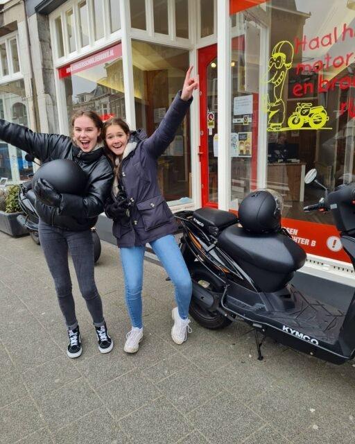 Dominique en Merel allebei #geslaagd met de complimenten van de #examinatoren 👌👍🥳 Top gedaan meiden en nu lekker zelfstandig rijden op jullie 🛵🛵☀️😎👋 . . . #bromfiets #am2 #scooter #scooterrijbewijs #scooterles #hoogslagingspercentage #cbr #rijswijk #wiljijooksnelslagen #komdannaar #leukste #gezelligste #rijschool #denhaag #scheveningen #verkeersschoolderidder