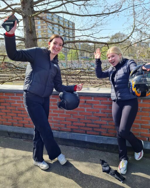 Julie en Ruby aka de lange en de kleine 🤪 allebei geslaagd 🎉🎊 🥳 Veel plezier meiden en nu lekker zelfstandig rijden en genieten van de zomer ☀️😎🛵👌 . . . #verkeersschoolderidder #bromfiets #bromfietsrijbewijs #am2 #scooterles #examen #cbr #rijswijk #geslaagd #wiljijooksnelslagen #komdannaar #leukste #gezelligste #rijschool #denhaag #scheveningen
