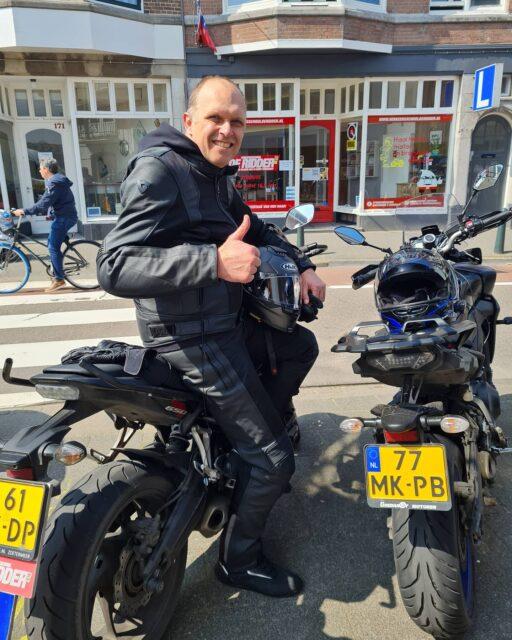 Deze goedlachse Zuid-Afrikiaan heeft alles in 1x gehaald! Top gedaan Etienne en nu lekker motors testen 🏍👍Veel plezier en danki voor je inzet 👌 . . . #verkeersschoolderidder #scheveningen #motor #motorrijden #motorles #avd #cbr #zoetermeer #zilverstraat #examen #geslaagd🎉