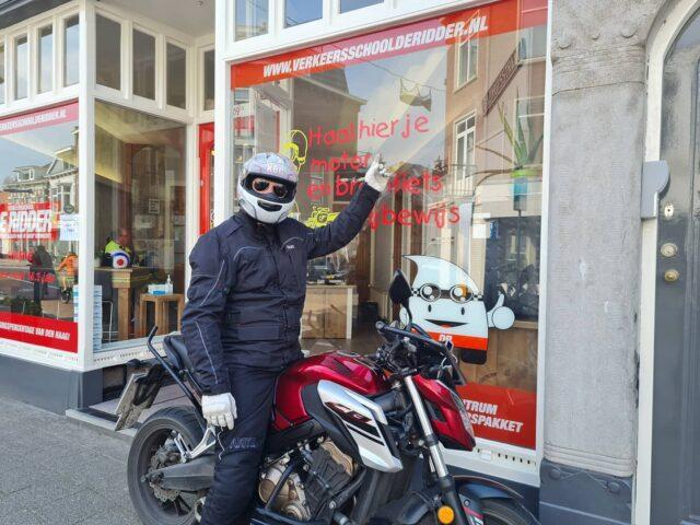 En dan hebben we nog mr. Perfect Sander... Alles moest altijd in 1x goed, maar toen ik zei dat ik dat niet verwachtte en dat je meer moest gaan genieten van het motorrijden ging er een knopje om... Dus... Geslaagd!!! 🥳🎉🎊👍 Top gedaan jongen en nu lekker genieten 🏍👌 . . . #verkeersschoolderidder #scheveningen #motor #motorles #motorrijden #motorrijbewijs #motorbikes #avd #examen #cbr #zoetermeer #zilverstraat #geslaagd #hoogslagingspercentage #honda #cb650f #powerofdreams #awayoflife #yamaha #tracer900 #thedarksideofjapan #revsyourheart #rev'it #whosnext