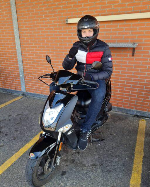Steijn, top gedaan man! Het heeft even geduurd, maar dan heb je ook wat 👍🥳🎉 Nu lekker zelf toeren op je speedfighter 🛵👌 . . . #verkeersschoolderidder #scheveningen #scooterrijbewijs #am2 #scooterles #scooter #kymco #agility #cbr #rijswijk #geslaagd🎉