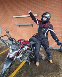 """Het was echt super lekker weer 🌧 NOT, maar dat mocht de pret niet drukken want Denise mag vanaf nu op een """"echte"""" 🏍 rijden!  . . . #geslaagd🎉 #avd #examen #getrapt #vana2naaraonbeperkt #cbr #rijswijk #kloteweer🌧 #motor #motorrijden #motorrijbewijs #motorrijles #motorbikes #honda #cb650f #powerofdreams #yamahatracer900 #thedarksideofjapan⛩️ #kawasaki #zseries #binnenkortmeernieuws #spannend😱 #wiljijooksnelslagen #komdannaar #leukste #gezelligste #rijschool #denhaag #scheveningen #verkeersschoolderidder"""