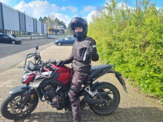 Pfffff... 2 lockdowns verder en eindelijk heeft ie 'm hoor! Lekker gedaan, Robert! Nu lekker genieten op wellicht een VFR?? Succes met uitzoeken en tot 🏍👋  . . . #verkeersschoolderidder #scheveningen #motor #motorles #motorrijden #motorrijbewijs #motorbikes #avd #examen #cbr #zoetermeer #zilverstraat #geslaagd🎉 #honda #cb650f #vfr800 #powerofdreams #awayoflife #bikelife #1234ilovethemarinecorps #kct #oldschool #drillsergeant #militairy #militairylife #arethebest💪
