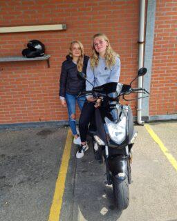 Deze 2 dames allebei in 1x geslaagd! Top gedaan Alique en Simone en nu lekker genieten van de zomer op je eigen 🛵👍☀️😎 . . . #verkeersschoolderidder #bromfiets #bromfietsles #am2 #scooter #bromfietsrijbewijs #rijbewijsinthepocket🎉 #welldone #cbr #rijswijk #geslaagd #in1keer👌 #wiljijooksnelslagen #komdannaar #leukste #gezelligste #rijschool #denhaag #scheveningen #hoogslagingspercentage👍