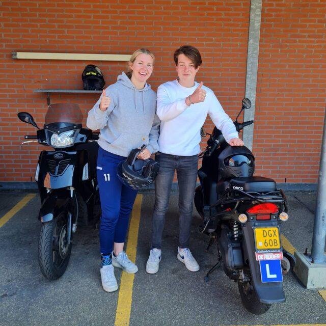 Goed gedaan jongens! Beiden in 1x geslaagd voor het 🛵 rijbewijs en Fleur met complimenten van de #examinator 👌 Abe, jij ook lekker gereden en nu goed vooruit blijven kijken dan komt het vast goed deze zomer ☀️😎 . . . #scooter #scooterles #scooterrijbewijs #inthepocket  #am2 #cbr #rijswijk #langekleiweg #geslaagd🎉 #verkeersschoolderidder #scheveningen #examens #vespa #piaggiozip #kymco #finallysummer☀️ #genietings😎