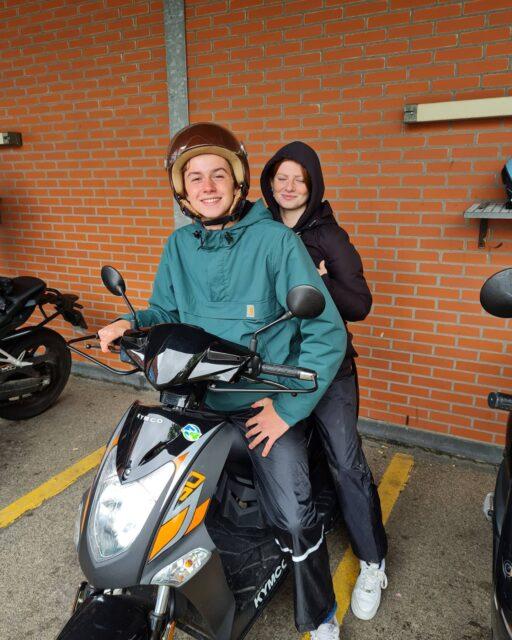 """Lekker gedaan hoor, jongens! In die ze!kregen 🌧 Niek en Frederique allebei mooi ritje laten zien aan de examinatoren, dus verdiend geslaagd 👍🛵Nu lekker van het oer Hollandse """"zomerweer"""" genieten ☀️😎😅...#verkeersschoolderidder #scheveningen #scooter #scooterles #scooterrijbewijs #rijbewijsinthepocket🎉 #am2 #bromfiets #examen #rijswijk #cbr #examinator #geslaagd #hoogslagingspercentage #lekkerweertje🌧 #zomer #zomerweertje☀️ #waarblijfjenou☀️ #waarblijftdezomer☀️🕶️ #summervibes #summerfeelings #zipp #vespa #kymco #agility"""