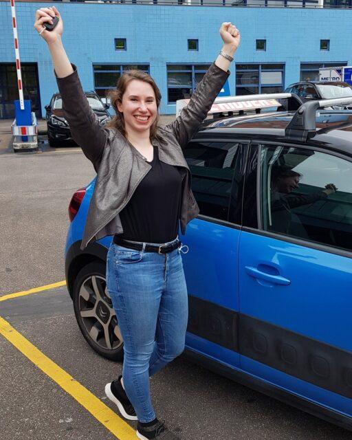 Gefeliciteerd Estelle!Een van de vele kersen op míjn afscheidsstaart  van harte gefeliciteerd met het behalen van je rijbewijs gr Fred!