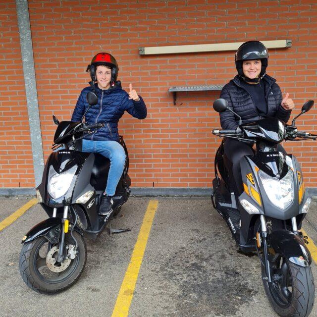 Casper en Puck allebei netjes in 1x geslaagd 👍 Top gedaan en nu lekker genieten van de vakantie 🛵☀️😎...#verkeersschoolderidder  #bromfiets #bromfietsles #bromfietsrijbewijs #am2 #scooter #scooterles #scooterrijbewijs #rijbewijsinthepocket🎉 #cbr #rijswijk #geslaagd #kymco #agility #piaggio #vespasprint #wiljijooksnelslagen #komdannaar #leukste #gezelligste #rijschool #denhaag #scheveningen