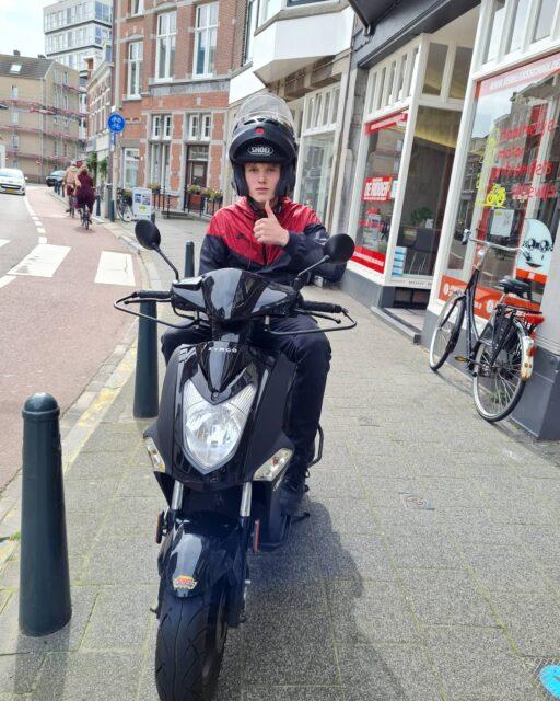 Het heeft even geduurd maar Wouter is eindelijk geslaagd voor de 🛵🎉🥳 Goed gedaan en veel plezier 👍...#verkeersschoolderidder #scheveningen #cbr #rijswijk #am2 #bromfiets #bromfietsrijbewijs #bromfietsles #geslaagd🎉 #welldone #kymco #agility #piaggio #vespa #sprint #lx #scooter #scooterrijbewijs #scooterrijden #chillings✌ #hollandsezomer☀️ #geenweervooreenblanke😂 #summerlovin☀️ #summervibes