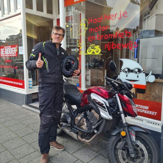 Marcus!!! Helaas niet in 1x, maar wel bij ons in 1xgeslaagd! 🎉🥳👌Top gedaan en nu lekker mij jaloers maken met een Africa Twin 😉💪🏍En nog bedankt voor je mooie review 👍...#groetjes #Justin #verkeersschoolderidder #avd #examen #examinator #cbr #rijswijk #geslaagd🎉 #motor #motorrijles #motorrijden #motorbikes #motorlife #bikelife #awayoflife #deutschland🇩🇪 #deutsch #sprechensiedeutsch #honda #powerofdreams #cb650r #africatwin #hondapower💪 #newbike😱 #maybeyes #maybeno #mayberainmaybesnow🌧❄😅 #tobecontinued...